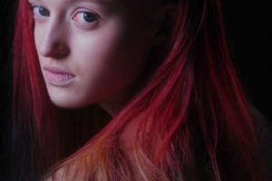 the-worlds-first-colour-changing-hair-dye-that-reacts-to-your-surroundings-800x445